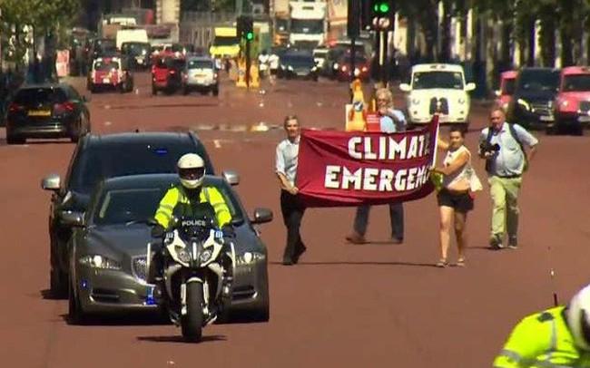 Người biểu tình chặn xe chở tân Thủ tướng Anh Boris Johnson