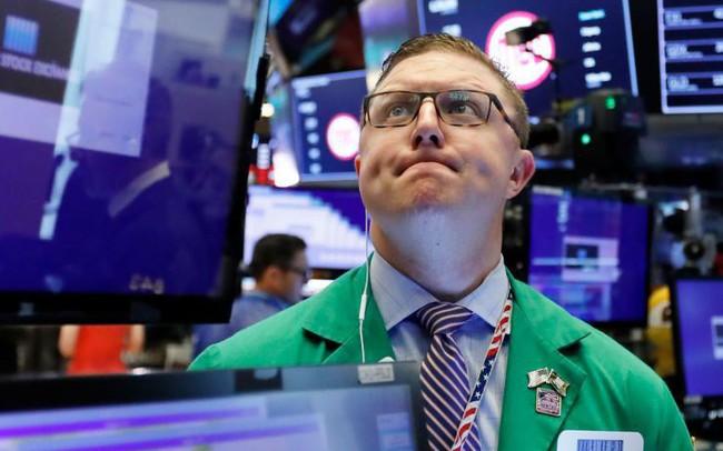 Triển vọng về việc Fed hạ lãi suất bị lu mờ, Dow Jones mất hơn 100 điểm