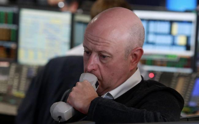 """Bất ổn địa chính trị diễn ra ở nhiều nơi, Dow Jones """"bốc hơi"""" gần 400 điểm"""