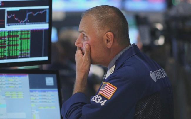 Dow Jones rớt hơn 800 điểm vì đường cong lợi suất đảo ngược