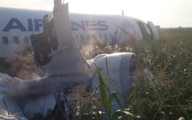 Video sốc: Máy bay Nga lao xuống cánh đồng ngô như thế nào?
