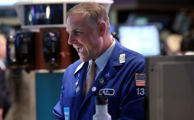 Kết thúc một tuần đầy biến động, Dow Jones lấy lại đà tăng với hơn 300 điểm