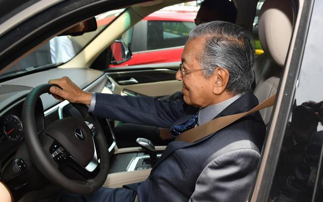 Thủ tướng 94 t.uổi Mahathir Mohamad: Lái xe VinFast, t.iếc là tôi chỉ lên được 100km/h thôi!