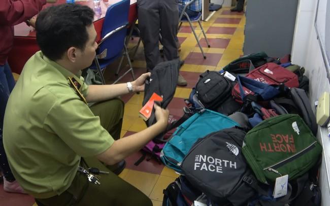 Hàng hiệu giá 50.000 đồng được bày bán nhan nhản tại chợ An Đông - ảnh 1