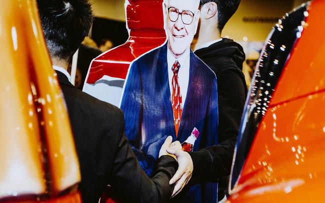 Dù thị trường liên tiếp lập đỉnh nhưng Warren Buffett vẫn chê cổ phiếu và không mua vào, khiến Berkshire ngập trong tiền mặt