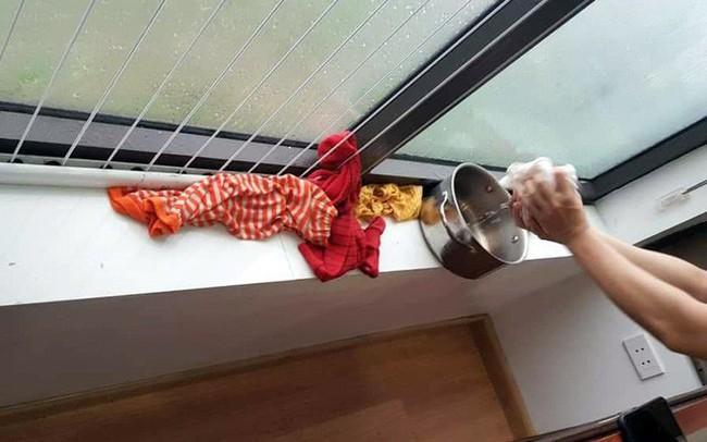 Hà Nội: Ngày mưa bão, đến dân chung cư cũng ngao ngán 'chống ngập' giữa lưng trời