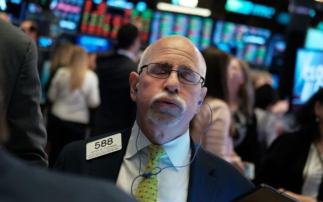 Chiến tranh thương mại bùng nổ, Dow Jones giảm gần 800 điểm
