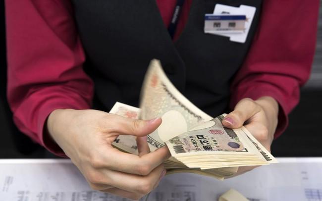 Từ nhiều năm nay người Nhật đi gửi tiền chỉ được trả lãi suất 0%, giờ còn sắp phải trả thêm một khoản phí
