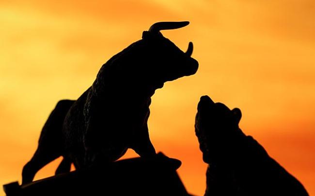 Dòng tiền đổ mạnh vào nhóm ngân hàng, chứng khoán, VN-Index vượt mốc 990 điểm