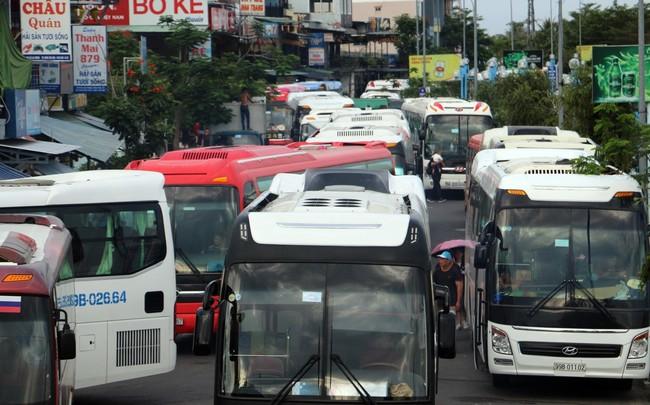 """Ảnh: Xe 45 chỗ chở khách du lịch """"bóp nghẹt"""" giao thông Nha Trang"""