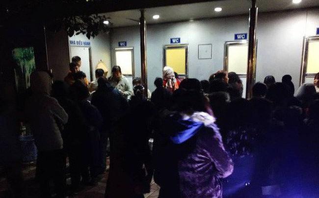 Chuyện hi hữu đêm giao thừa Tết Dương lịch 2019: Tắc nghẽn nghiêm trọng ở khu vực nhà vệ sinh công cộng quanh bờ hồ