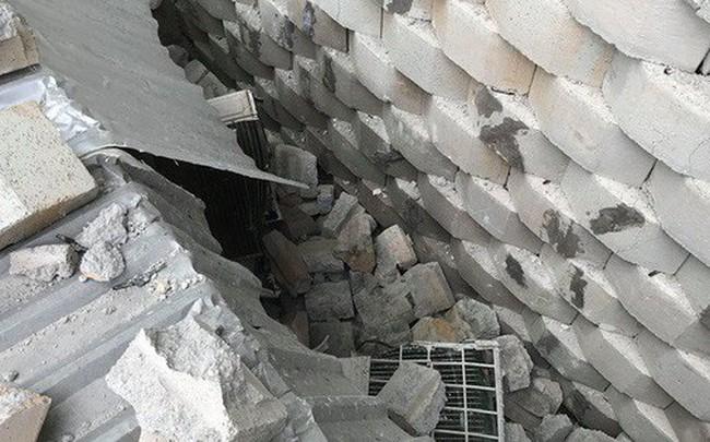 Cận cảnh bức tường thành khổng lồ sắp đổ ập xuống đầu dân