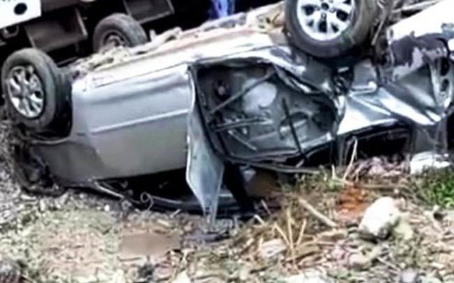 Tàu hỏa tông ô tô 7 chỗ văng xa 20 m, lật ngửa khiến 3 người nhập viện
