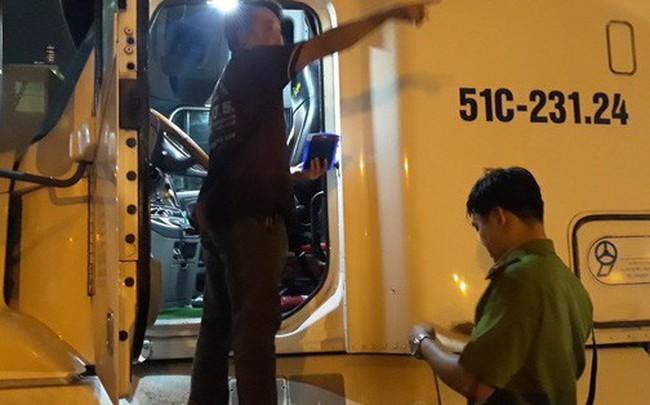 """VIDEO: Trắng đêm truy xét tài xế """"nghiện"""" ở chợ đầu mối Thủ Đức"""