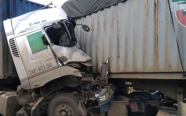 Hai xe container đối đầu, tài xế tử vong trong cabin