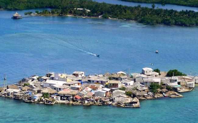 Cuộc sống đáng mơ ước nhưng đầy khổ ải tại hòn đảo chật nhất thế giới: Rộng bằng 2 sân bóng đá nhưng mật độ dân siêu khủng