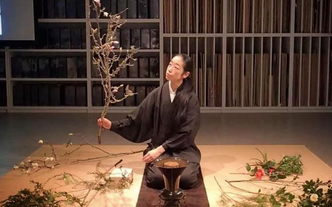 """Sau 10 năm ẩn dật, người phụ nữ Nhật Bản trở thành """"kho báu quốc gia"""" khi được mọi người mệnh danh là bậc thầy cắm hoa"""