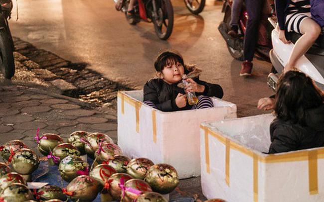 """Vỉa hè Hà Nội trở thành """"chợ"""" thời trang, trẻ em ngồi thùng xốp phụ bố mẹ bán hàng ngày cận Tết"""