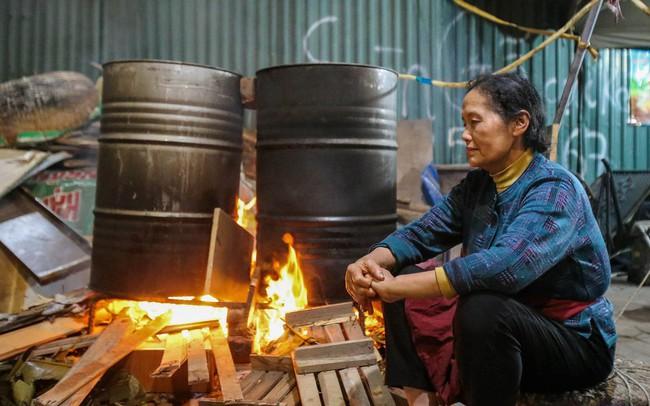 Người dân Hà Nội thức xuyên đêm luộc bánh chưng ở vỉa hè