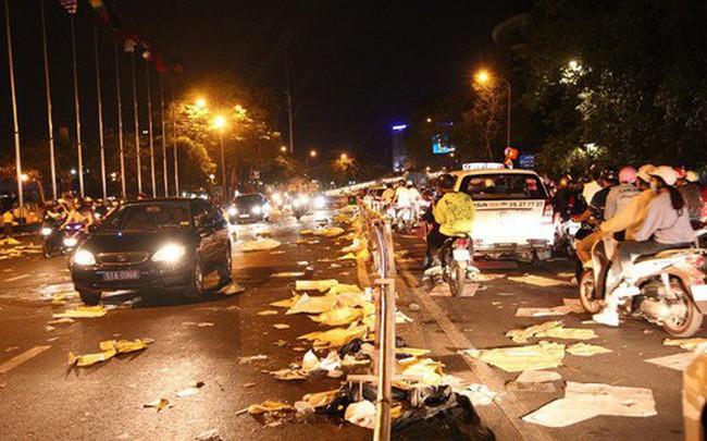 Sài Gòn ngập rác đêm giao thừa: Đằng sau niềm vui năm mới là đêm trắng của công nhân vệ sinh