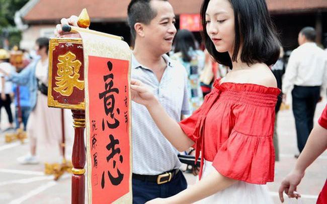 Du khách nườm nượp đổ về các khu vui chơi ở Hà Nội để xin chữ và chụp ảnh dịp Tết Kỷ Hợi 2019