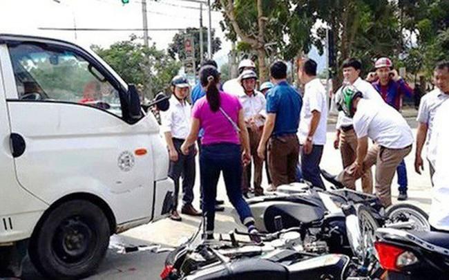 Xe tải húc hàng loạt xe máy dừng đèn đỏ, nhiều người nhập viện cấp cứu - ảnh 1