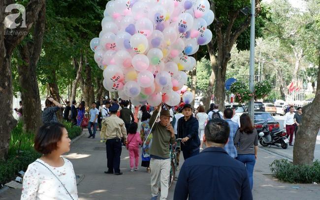 Nắng đẹp, người Hà Nội rủ nhau xuống phố du xuân, xúng xính áo dài chụp ảnh đầu năm mới