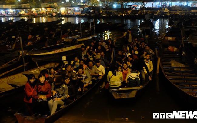 Hàng ngàn du khách bất chấp đêm tối cập bến chùa Hương ngày khai hội
