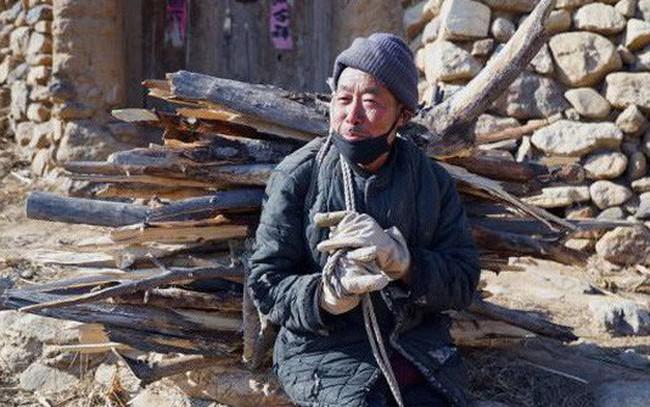 Bi kịch người già ở Trung Quốc: Tuổi trẻ dốc sức, dốc tiền nuôi con, đến khi xế chiều phải gánh củi, bán ngô nuôi thân - ảnh 1