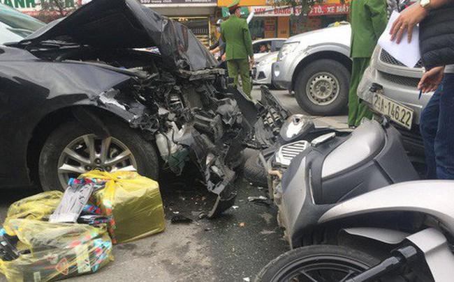Hà Nội: Ô tô Mazda đâm liên hoàn hai xe máy chạy cùng chiều, ba người bị thương