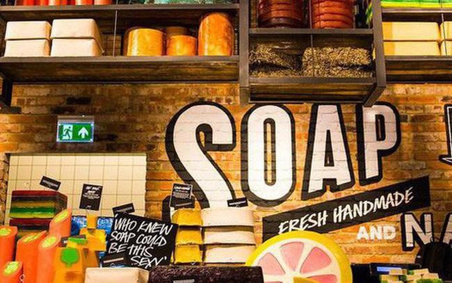 """Lush - chuỗi 900 cửa hàng xà bông tăng trưởng bất chấp """"ác mộng"""" bán lẻ: Không quảng cáo, không bao bì nilon, không thử nghiệm trên động vật, dành doanh thu đầu tư cho khách hàng và môi trường"""