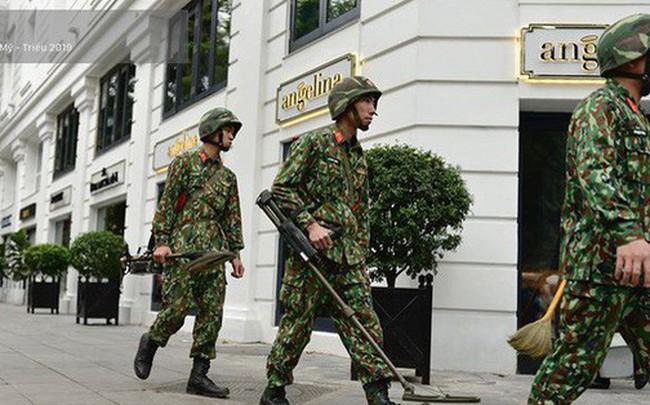 Công binh dò mìn tại các khách sạn lớn ở Hà Nội