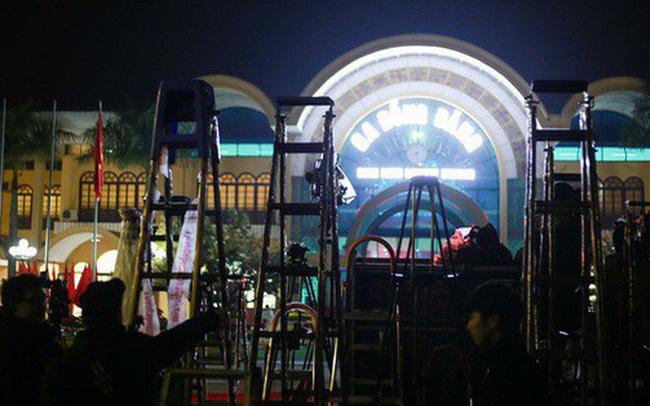 """Phóng viên bất chấp mưa lạnh, đặt thang """"khủng"""" trước ga Đồng Đăng chờ đoàn tàu của Chủ tịch Kim Jong Un"""