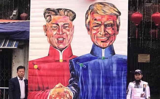 """Người dân mang tranh """"khủng"""" tới khách sạn Marriot mong tặng Tổng thống Donald Trump"""