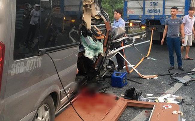 Hiện trường vụ xe Limousine gặp nạn trên cao tốc làm 1 bác sĩ và 1 cảnh sát cơ động tử vong