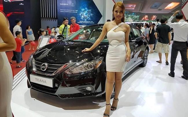 Ô tô 'xịn' giá chục tỷ đồng ồ ạt nhập về TP.HCM