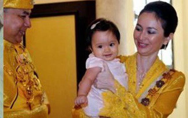 Hé lộ chân dung tiểu công chúa Malaysia đang làm mưa làm gió trên mạng xã hội, không thua kém Charlotte của Hoàng gia Anh