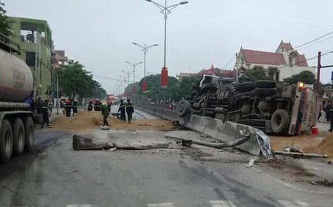 Xe bồn lật làm hàng nghìn lít xăng tràn ra quốc lộ 1A, dân lấy cát đổ lên tránh hỏa hoạn