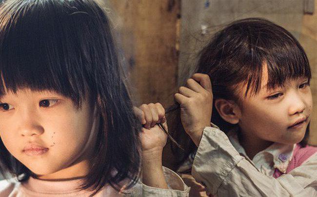 """Chùm ảnh: Những khoảnh khắc đốn tim của em bé nghèo có gu ăn mặc như """"fashionista"""" ở Hà Nội"""