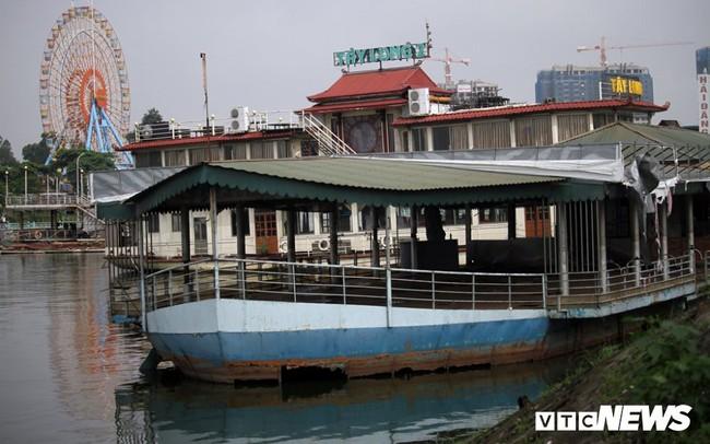 Vì sao du thuyền, nhà hàng nổi tiền tỷ hoá sắt vụn vẫn tồn tại trên Hồ Tây?