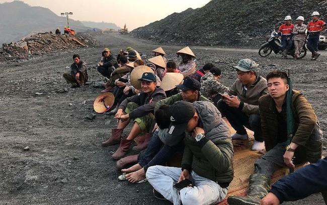 """Chủ mỏ và nhà thầu """"dàn trận"""", mỏ than Uông Thượng tê liệt"""