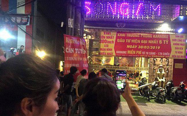 Người dân háo hức livestream cảnh công an xuyên đêm khám xét quán karaoke của Phúc XO