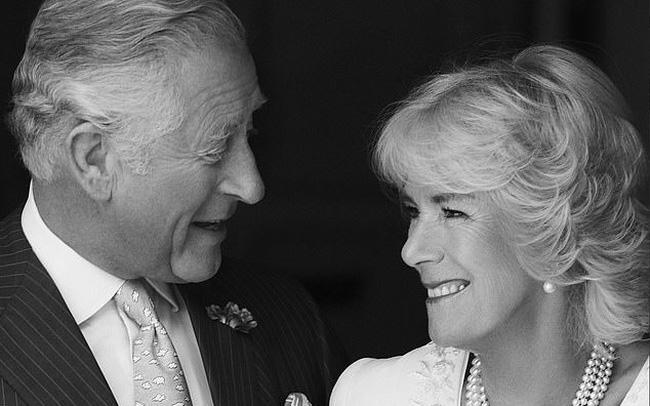 """Thái tử Charles và vợ đăng ảnh kỷ niệm 14 năm ngày cưới nhưng người dùng mạng đã chỉ ra điểm bất thường và tỏ thái độ bất ngờ với """"kẻ thứ 3"""" Camilla"""