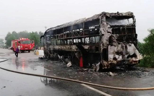 Xe khách bất ngờ bốc cháy dữ dội, 30 hành khánh bỏ chạy tán loạn