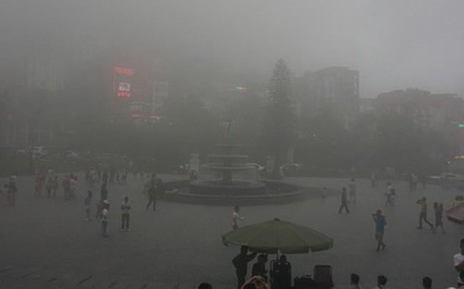 Thị trấn Tam Đảo chìm trong màn sương dịp lễ Giỗ tổ, nhiều du khách thích thú chụp ảnh