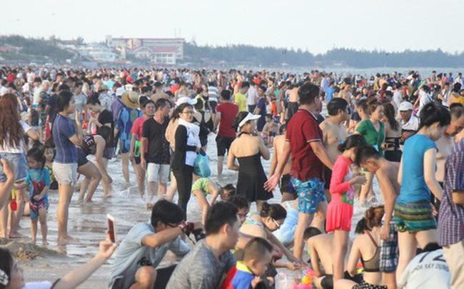 Vũng Tàu đông như nêm, nhiều du khách bị sứa tấn công