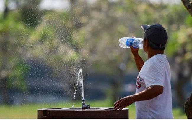 Muôn kiểu chống nóng của người dân Huế trong ngày nắng đỉnh điểm - ảnh 1