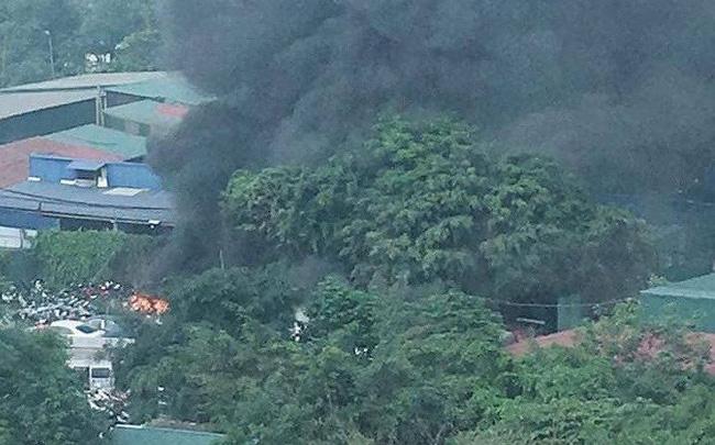 Hàng chục xe máy trong bãi giữ xe vi phạm bốc cháy
