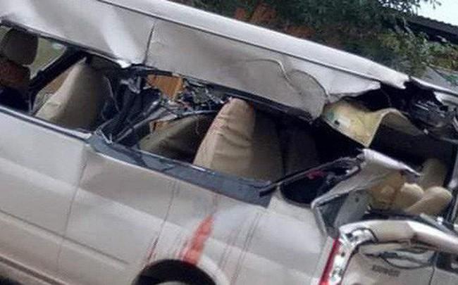 Ô tô khách đâm vào xe tải đang vào cua, 4 người thương vong