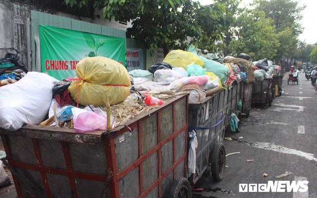 Xe thu gom rác tự chế 'lộng hành' trước ngày 'khai tử' ở TP.HCM